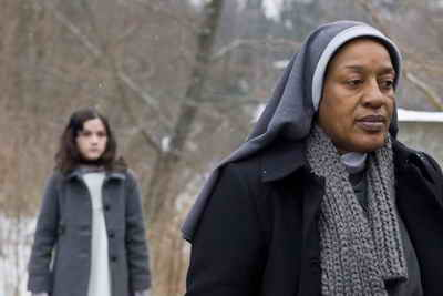 CCH Pounder and Isabelle Fuhrman in Orphan