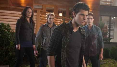 Peter Facinelli, Elizabeth Reaser, Taylor Lautner and Robert Pattinson in The Twilight Saga Breaking Dawn - Part 1 p