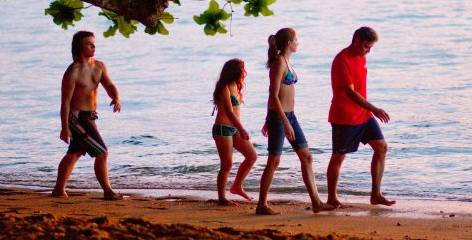 George Clooney, Shailene Woodley, Nick Krause and Amara Miller in The Descendants